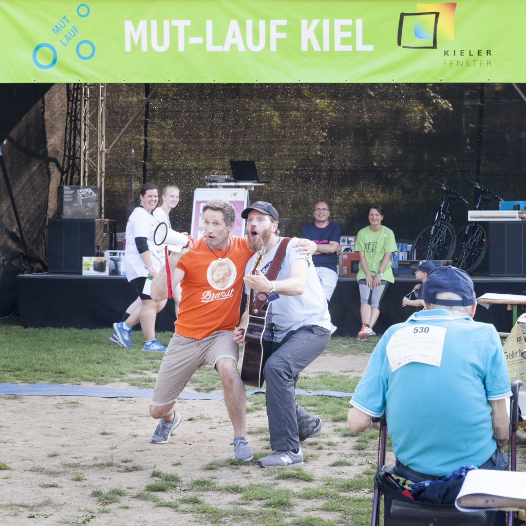 zwei Musiker im Rahmen des MUT-LAUFs Rahemnprogramm